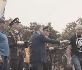 """Отказавшийся пожать руку Порошенко ветеран """"Азова"""" назвал его выступление """"позорным"""""""