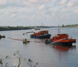 За неделю с водных объектов в Петербурге собрали более 1,5 тонн нефтепродуктов