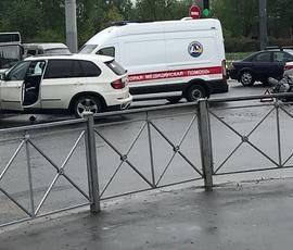 Байкер попал под кроссовер на Светлановском проспекте