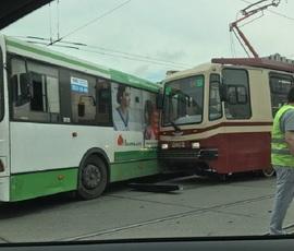 Автобус на Наличной, не щадя пассажиров, остановил трамвай