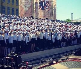 Две тысячи человек хором спели на Дворцовой
