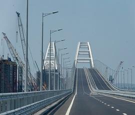 С катамарана митрополит Платон освятил Крымский мост