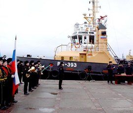 В Кронштадте торжественно подняли флаг на новом буксире ВМФ