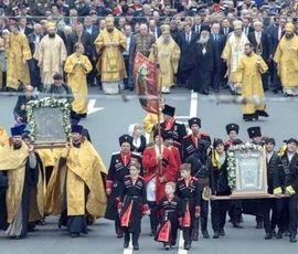 В РПЦ назвали провокацией самочинные транспаранты на крестном ходе на Невском проспекте