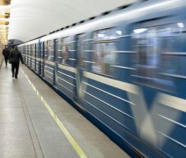 Упавший под поезд в петербургском метро пассажир выжил