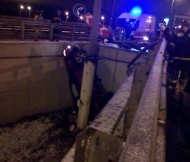 В Петербурге автомобиль с пьяным водителем упал с развязки
