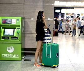 В Пулково уборщица украла мобильный у пассажирки