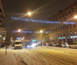 Трамвай на Среднеохтинском сошел с рельсов и снес Mazda