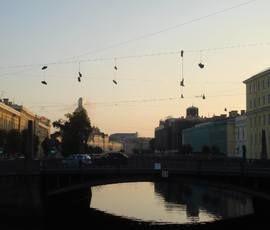 Над Поцелуевым мостом повисли ботинки