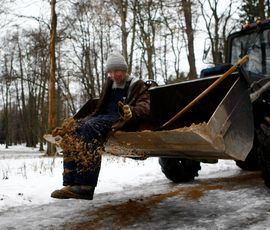 Гололед не сдается петербургским коммунальщикам