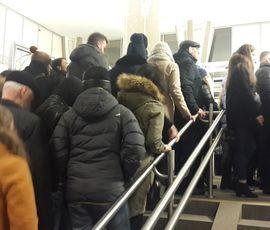 """На станции метро """"Петроградская"""" сломался эскалатор: пассажиры забуксовали на входе"""
