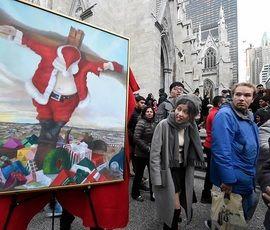 В Нью-Йорке распяли Санта-Клауса