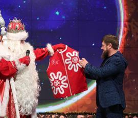 Дед Мороз подарил Кадырову именную безрукавку