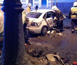 Volkswagen влетел в такси на Дворцовой набережной, есть пострадавшие