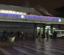 После взрыва в петербургском супермаркете начались закрытия станций метро