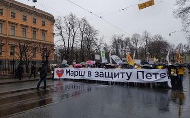 Оппозиционеров Петербурга разъединили флаги