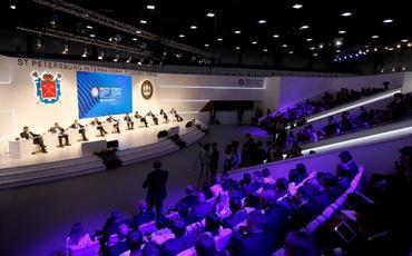 Реакция Запада на ПМЭФ: Трамп толкает мир к рукам Путина