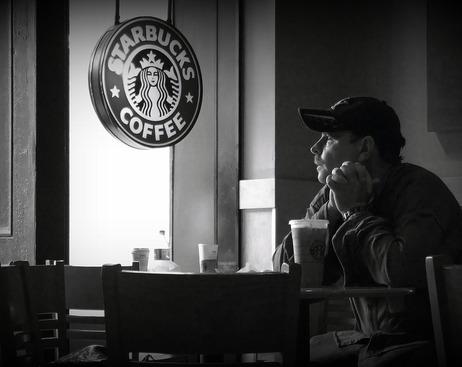 Россияне опасаются, что Starbucks оккупируют бездомные