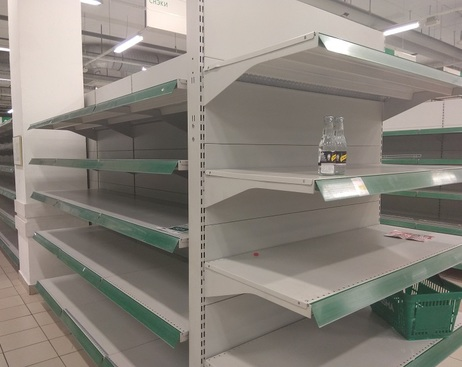 С полок гипермаркетов Prisma в Купчино смели товары перед закрытием
