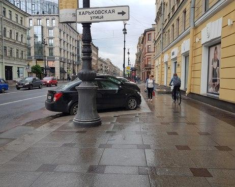 Петербуржцы возмутились появлением парковки на Невском проспекте