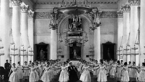 Смольный институт, первый киносеанс и Медный всадник: день в истории Петербурга