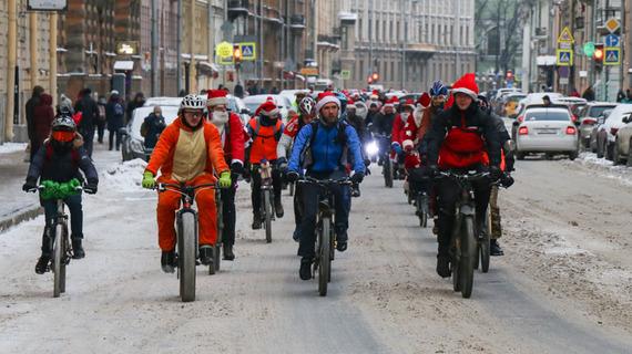 Деды Морозы устроили велопробег по Петербургу