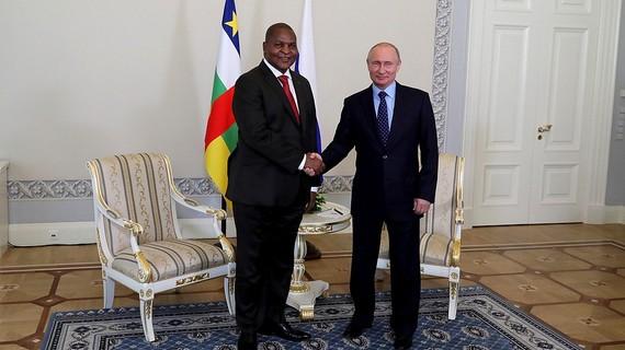 Путин встретился на ПМЭФ с президентом африканской республики