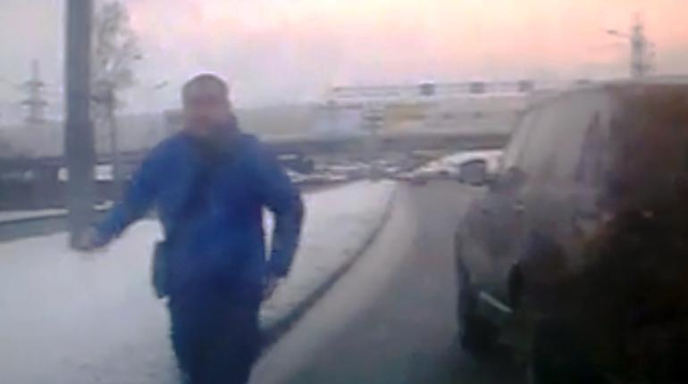 Автохам на Range Rover «отомстил» женщине за промедление на дороге