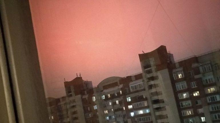 Петербуржцы разгадали загадку красного неба над городом