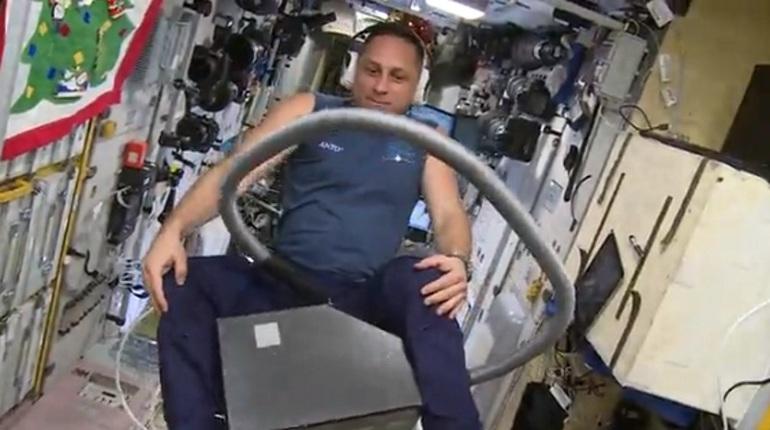 Естьли что-то, чем несможет управлять русский космонавт?