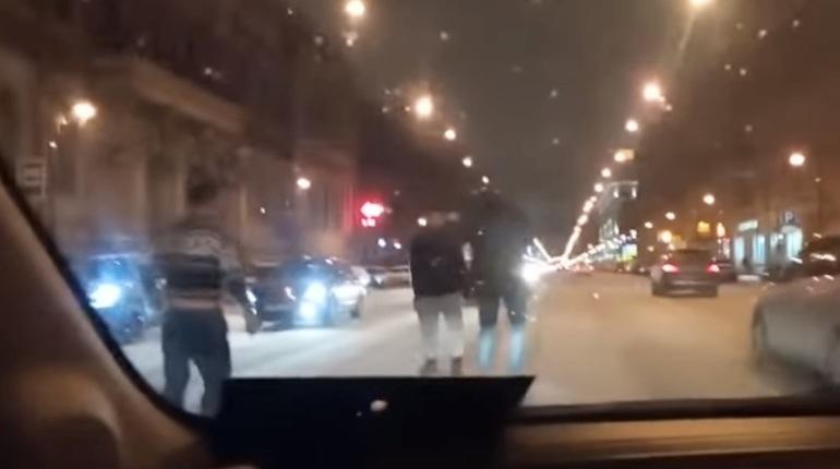 Водители устроили драку прямо на дороге в центре Петербурга