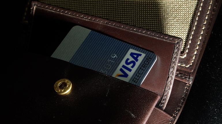 Доходы падают, долги растут: 2017 год стал рекордным по числу взятых кредитов. Россияне брали кредиты на ипотеку, микрокредиты и кредитные карты. Банкиры отмечают, что наибольшим спросом пользуются  пользоваться карты с лимитом от 100 тысяч рублей.