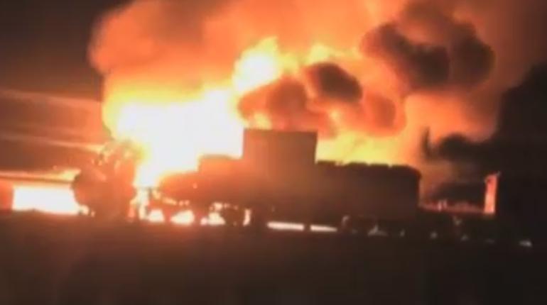 Поезд в Канаде врезался в грузовик, сгорела цистерна спирта