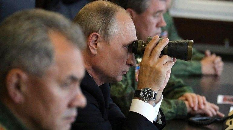 Президент РФ Владимир Путин посетил сегодня Ленинградскую область, чтобы на полигоне Лужский вместе с министром обороны РФ Сергеем Шойгу проследить, как идут совместные российско-белорусские стратегические учения