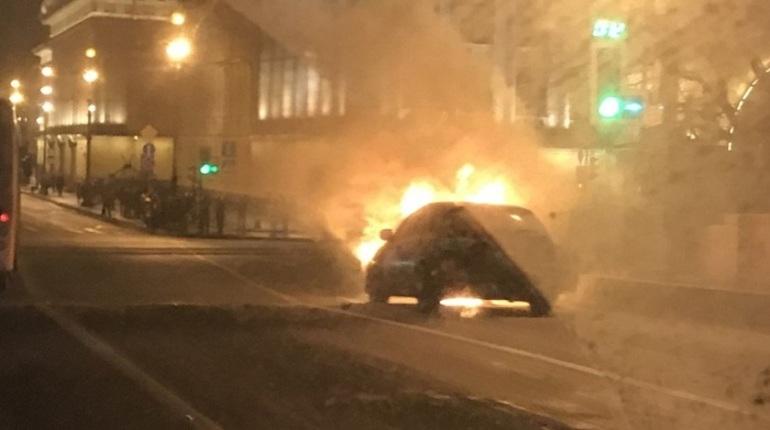 На Дворцовом мосту сгорел автомобиль и появилась огромная пробка