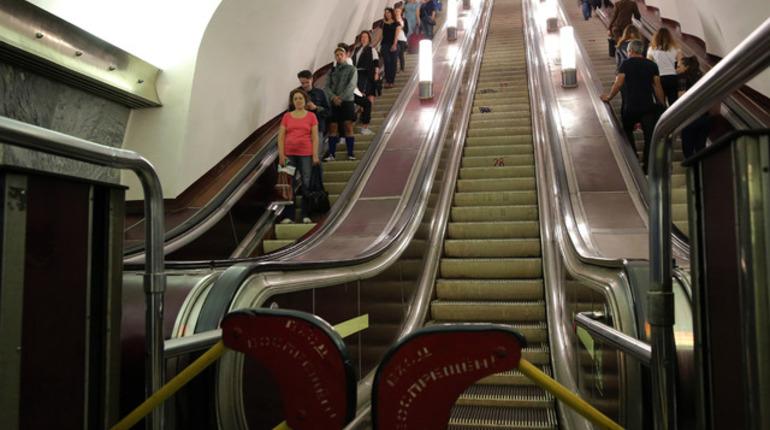 Оказывать помощь инвалидам на всех станциях метро начинают только сейчас. Однако совершить спонтанную поездку колясочник не сможет. О своём намерении ему необходимо сообщать заранее.