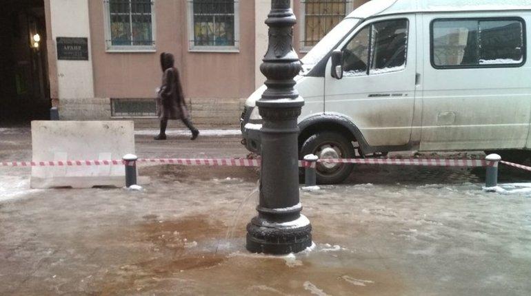 В Петербурге столб освещения теперь подает и воду