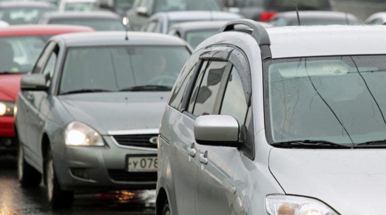 В Петербурге водители не могут временно воспользоваться съездом Западного скоростного диаметра на Автомобильную улицу. На дороге произошла авария – из грузовика выпал груз, движение заблокировано.