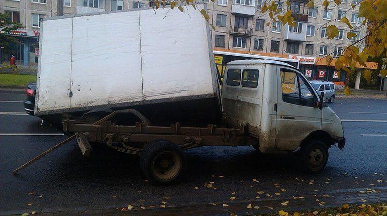 На Ланском шоссе у «Газели» под управлением автоледи снесло будку