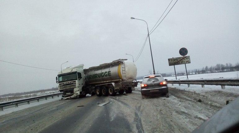 НаМурманском шоссе фура перегородила дорогу, движение парализовано