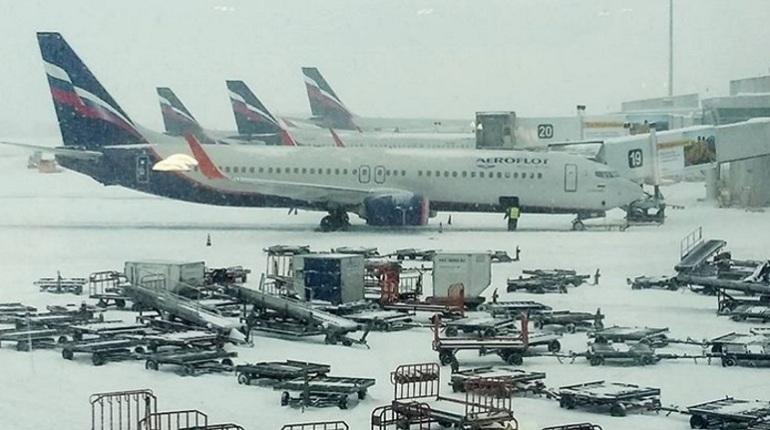 Снегопад задержал в столицеРФ  две трети авиарейсов доПетербурга