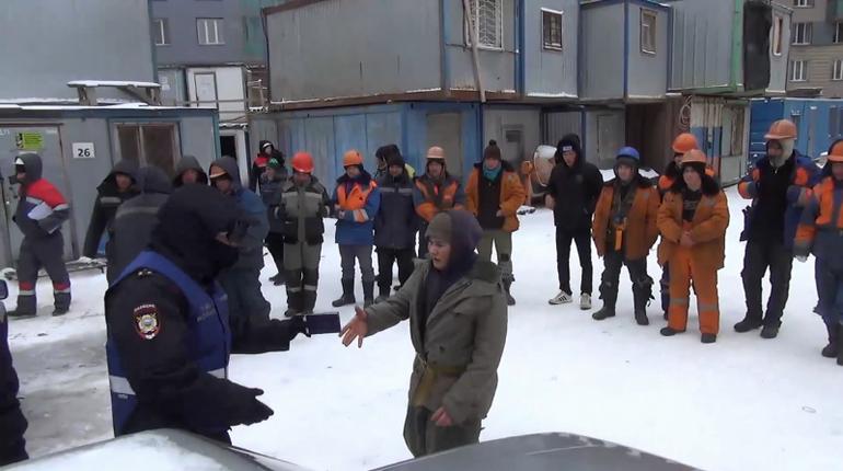 Внезапный миграционный рейд застал врасплох гастарбайтеров Петербурга