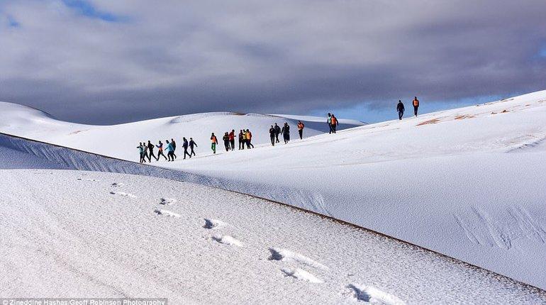 Неповторимое явление: 2-ой месяц подряд впустыне Сахара выпадает снег