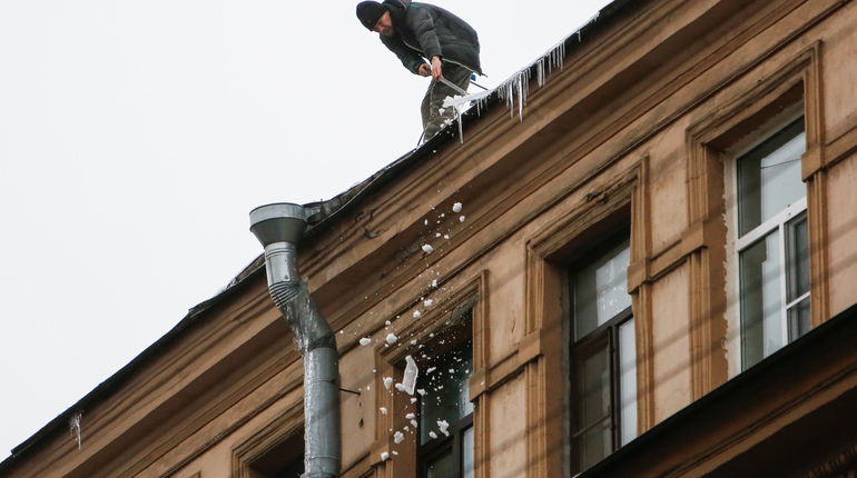 Кровельщики собьют сегодня сосульки с 1,7 тыс. домов в Петербурге
