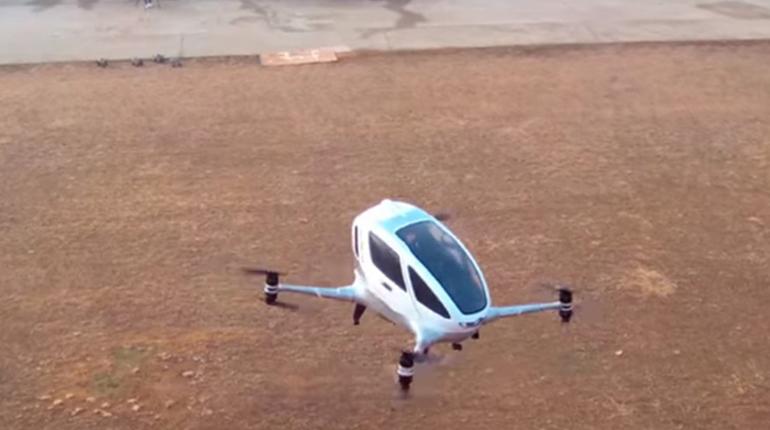 В КНР испытали летающий дрон-такси спилотом внутри