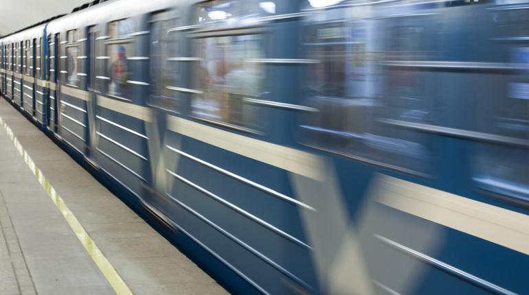 Пассажиры час мерзли у входа на «Ладожскую»
