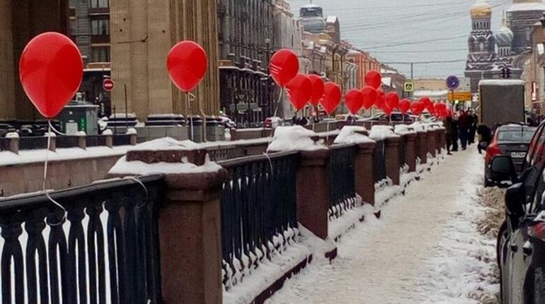 Утром петербуржцы могли наблюдать необычную картину – у Казанского собора развесили красные воздушные шарики из фильма ужасов
