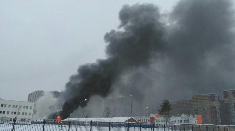 На севере Петербурга полыхают склады: улицу затянуло черным дымом