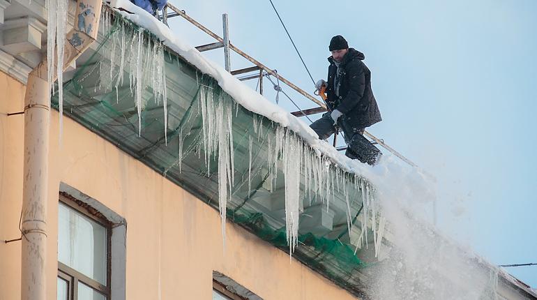 Почти три тысячи петербургских крыш очистили от сосулек-убийц