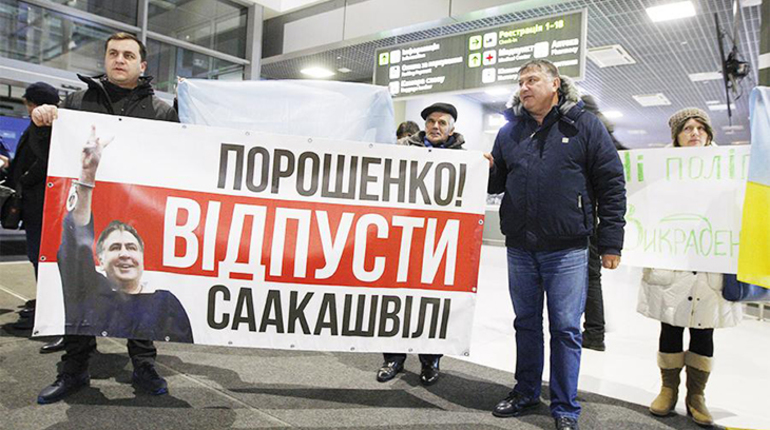 На своей личной странице в социальной сети Facebook Михаил Саакашвили, экс-губернатор Одесской области, разместил фрагменты видео, на котором виден процесс его задержания в Киеве.